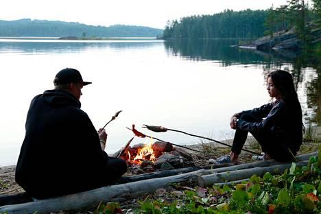 Emika (oik.) ja hänen Antti-serkkunsa osaavat retkeillä luonnossa.