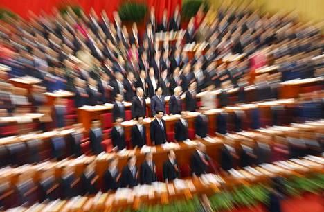 MILJARDIKANSAN JOHTAJA. Maailman väkirikkainta maata Kiinaa on johtanut vuodesta 2013 lähtien Xi Jinping (kuvassa keskellä kommunistisen puolueen konferessissa maaliskuussa 2013). Hän on kilvoitellut eri puolilla maailmaa poliittisessa ja taloudellisessa vaikutusvallassa kahden muun suurvallan - Yhdysvaltain ja Venäjän - rinnalla.