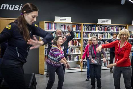 Liikunnanohjaaja Elina Räsänen ohjasi vanhusten ostoskeskuskävelyn liikuntaa Espoon Matinkylässä.
