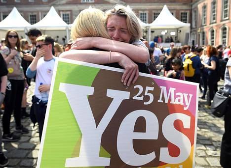 Naiset juhlivat Irlannin aborttikansanäänestyksen tulosta Dublinissa viime toukokuussa. Kansanäänestys asettui Irlannin tiukan aborttikiellon kumoamisen kannalle prosentein 66,4–33,6.