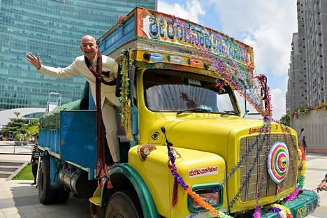 Verkkokauppa Amazonin amerikkalainen toimitusjohtaja ja perustaja Jeff Bezos poseerasi kuorma-autossa Intian Bangaloressa ojennettuaan yli kahden miljardin shekin Amazonin Intian maajohtajalle. Investoinnilla on tarkoitus nostaa verkkokaupan tasoa Intiassa.