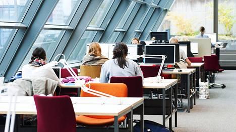 Opinnäytetöiden tekniset vaatimukset aiheuttavat päänvaivaa osalle opiskelijoista. Kuvassa on opiskelijoita Helsingin yliopiston kampuksella vuonna 2016.