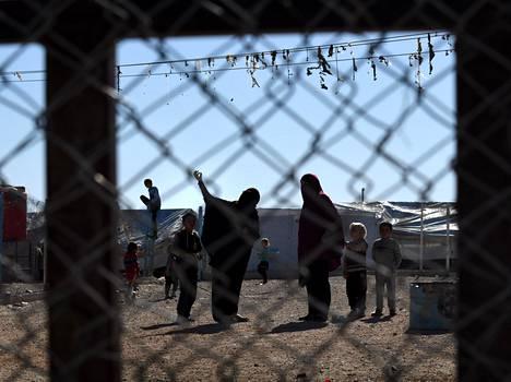 Isisin jäseniksi epäiltyjä naisia ja lapsia Al Holin leirillä marraskuun alussa.