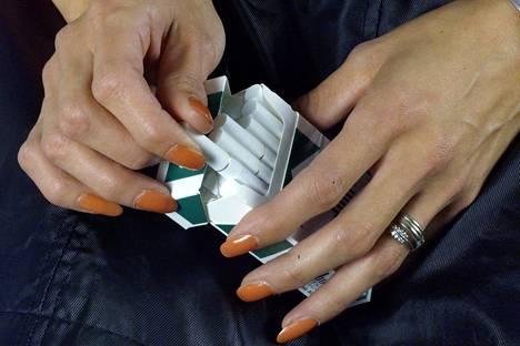 Komissio aikoo kieltää myös erityisesti naisten suosimat ohuet savukkeet.