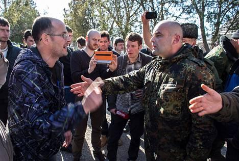 Bahtšysarain asukas Viktor Tšaglei (vas.) riiteli Krimin uuden venäläishallituksen edustajan Vladimir Mertsalovin kanssa ja vaati venäläisiä sotilaita poistumaan.