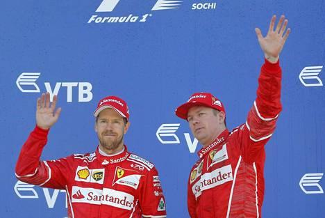 Sebastian Vettel (vas.) on jättänyt Kimi Räikkösen selvästi taakseen alkukauden aikana.