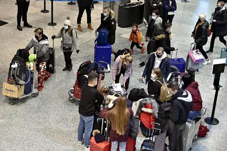 Virus voi siirtyä pienelläkin porukalla kokoontuessa. Lennoilta saapuvia matkustajia Helsinki-Vantaan lentoasemalla 3. tammikuuta.