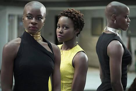 Black Pantherin päähenkilöt ovat tummaihoisia. Kuvassa vasemmalta Okoye (Danai Gurira), Nakia (Lupita Nyong'o) ja Ayo (Florence Kasumba).