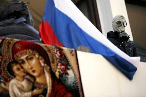 Пророссийски настроенный демонстрант на балконе здания мэрии в Мариуполе.