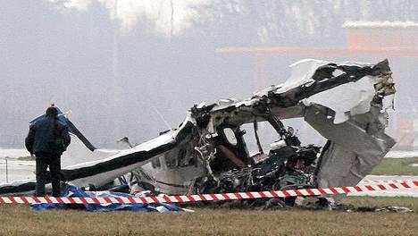 Poliisin valokuvaaja tutki pudonnutta pienkonetta Charleroin kentällä Belgiassa launataina.