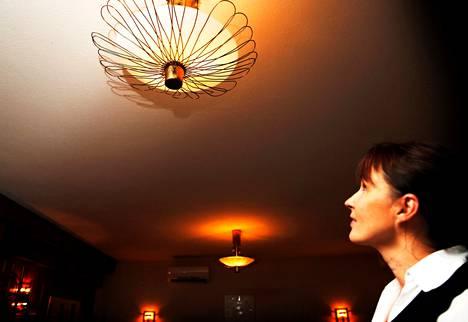 В ресторане «Три короны» (Kolme Kruunua) на улице Liisankatu в Хельсинки даже самый нахальный вор не смог бы снять с потолка созданные дизайнером Пааво Тюнеллом светильники. Менеджер ресторана Туула Ковалайнен говорит, что на всякий случай в ресторане все же установлена современная охранная сигнализация.