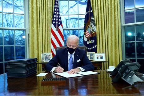 Tuore presidentti Joe Biden aloitti allkirjoitusurakkansa virkahuoneessaan Valkoisessa talossa keskiviikkona.