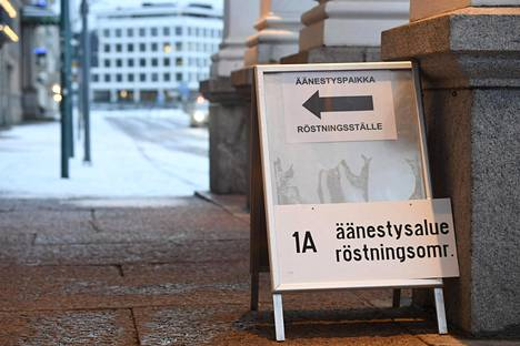 Äänestyspaikka Helsingin kaupungintalolla.