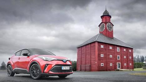 Toyota C-HR on yhä melko futuristisen näköinen crossover, jonka ulkonäköä ei ole liiemmin lähdetty päivittämään.