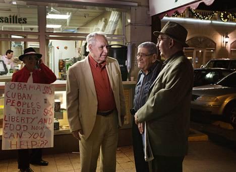 Kuubasta nuorina paenneet Juan Garcia, Felo Ramirez ja Juna Penã vaihtavat kuulumisia Versailles-ravintolan edessä Miamin Pikku-Havanassa. Garcia pakeni Castron hallintoa Yhdysvaltoihin vuonna 1961, eikä aio mennä takaisin ennen kuin kommunismi kaatuu.