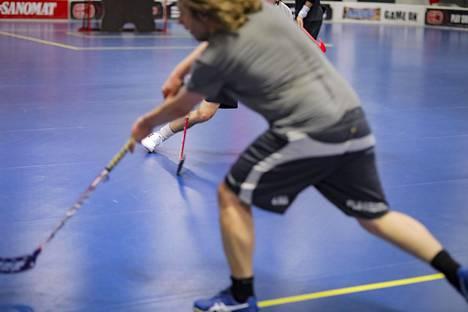Viranomaisille tulee mahdollisuus sulkea muun muassa yksityisiä liikuntatiloja. Monessa liikuntatilassa toiminta on jo toistaiseksi loppunut. Salibandya pelattiin Hakaniemen Arena Centerissä ennen rajoituksia.
