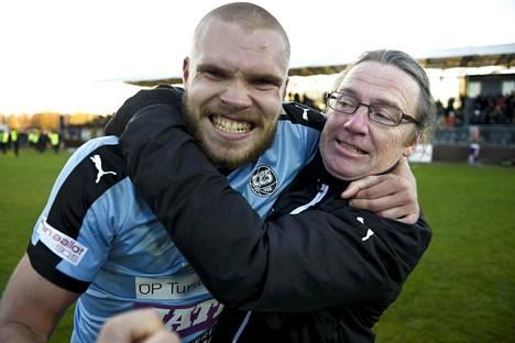 TPS:n päävalmentaja Mika Laurikainen (oik.) halasi Rasmus Holmaa sen jälkeen, kun TPS oli varmistanut nousunsa Veikkausliigaan.