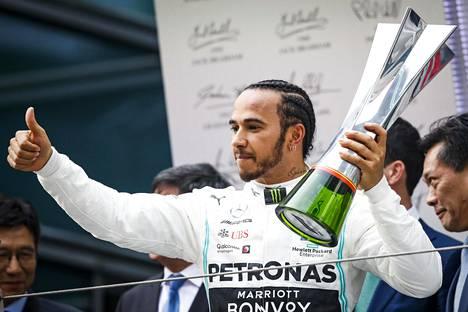 Lewis Hamilton voitti viime vuonna Kiinan osakilpailun ennen Valtteri Bottasta.