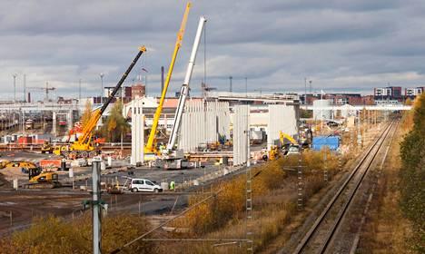Aiemmin kaikki junat huollettiin etelässä, mutta nyt Ouluunkin nousee junien huoltohalli.