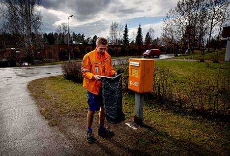 Postityöntekijä Kimmo Lehti aloittaa päivittäisen tyhjennyskierroksensa Vuosaaren Rastilantieltä. Kirjelaatikkoon on kertynyt päivän aikana toistakymmentä kirjettä.