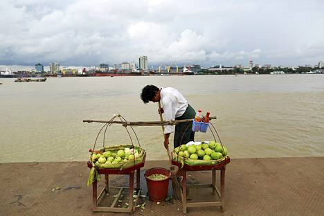 Myanmarilainen mies myi guavoja Yangon-joen varrella viime perjantaina.