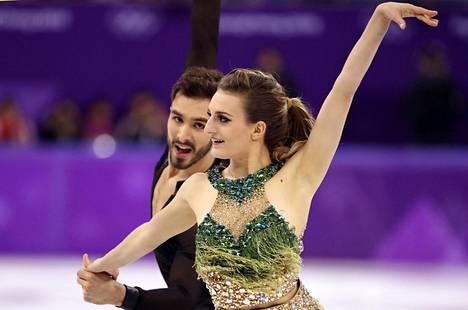 Gabriella Papadakis ja Guillaume Cizeron ovat jäätanssin lyhytohjelmaan jälkeen toisena huolimatta kiusallisesta pukuepisodista.