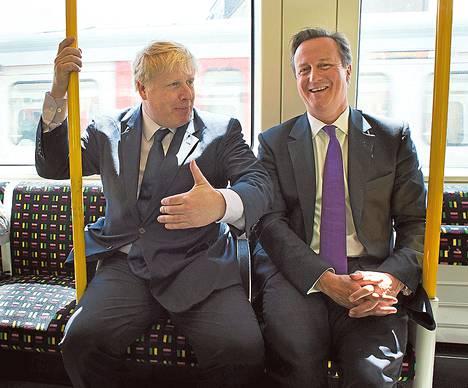 Lontoon pormestari Boris Johnson (vas.) on hienostokoulujen kasvatti, kuten myös pääministeri David Cameron. Toisin kuin pääministerin tapauksessa, etuoikeutettu tausta ei ole syönyt Johnsonin kansansuosiota. Viime toukokuussa kaksikko matkasi yhdessä Lontoon metrossa.