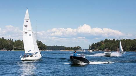 Lain mukaan moottoriveneessä ja yli viiden metrin pituisessa purjeveneessä on oltava pelastusliivit jokaiselle veneessä olijalle.
