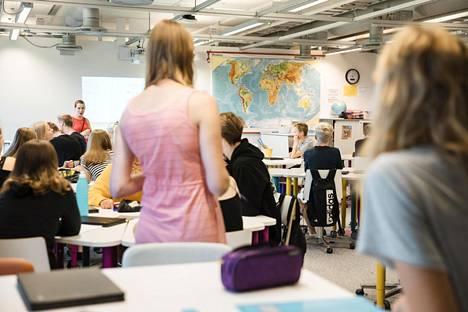 Valtaosa suomalaisista pitää tuoreen tutkimuksen mukaan opettajia älykkäinä.