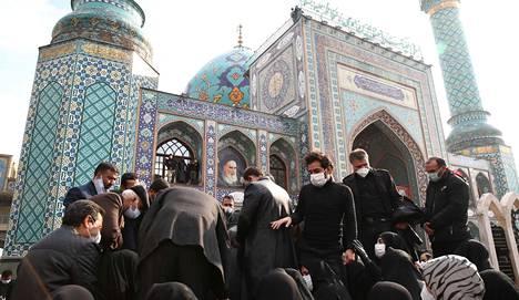 Iranin puolustusministeriön jakelema kuva ydinohjelman kehittäjä Mohsen Fakhrizadehin hautajaisista maanantaina 30. marraskuuta. Fakhrizadeh haudattiin kansallissankarina.