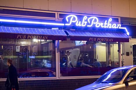 Pub Porthanissa oli perjantai-iltana muutamia asiakkaita.