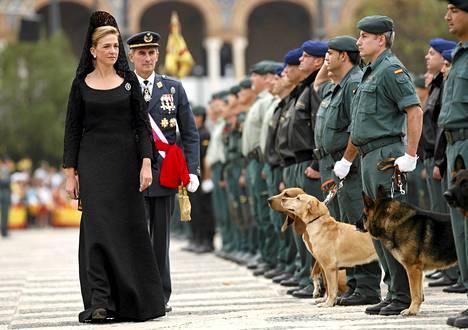 Espanjan prinsessa Infanta Cristina tarkastamassa kansalliskaartin joukkoja lokakuussa 2008.