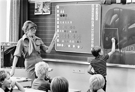 Marketta Kaitala piti oppituntia Ylöjärvellä Vuorentaustan peruskoulussa syksyllä 1976.