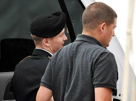 Bradley Manning vietiin oikeuteen torstaina Fort Meadessa.