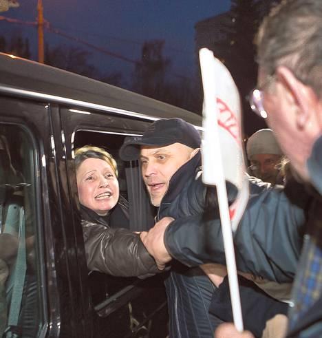 Julija Tymošenko kiitteli kannattajiaan lähdettyään autolla harkovalaisesta sairaalasta, jossa hän kärsi vankeustuomiotaan.