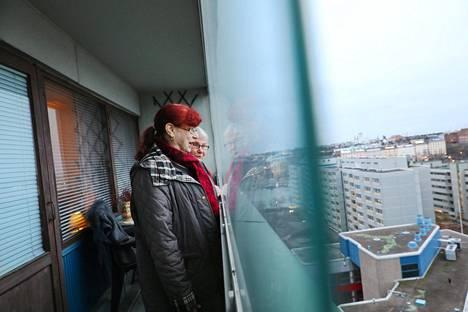 Naapureina Helsingin Merihaassa asuvat eläkeläiset Leena Ryyppö ja Riitta Bergman (takana) ihailivat torstaina maisemia Bergmanin asunnosta. Parveke on Merihaassa vuosikymmeniä asuneiden naisten mielestä asunnossa tärkeä. Parvekkeen vaikutusta omien asuntojensa vuokriin he eivät osaa arvioida.