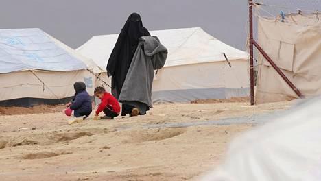 Suomalainen Heli al-Holin leirillä. Isis-perheiden jäseniä kurdien ylläpitämällä al-Holin leirillä Koilis-Syyriassa.