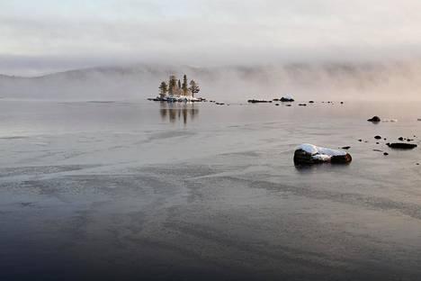Siitä, kuinka järvistä vapautuvat kasvihuonekaasut vaikuttavat ilmastonmuutokseen, on vielä niukasti tutkimustietoa. Inarijärvi lokakuun 2019 lopussa.