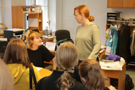 Tanssikoulu Footlightin rehtori Taina Schorin-Keltto kuvattuna koulun oppilaiden kanssa.