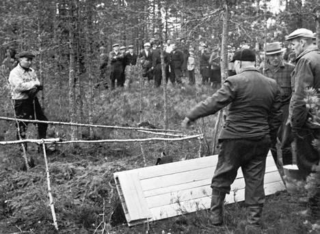 Kyllikki Saaren ruumiin löytöpaikka metsässä. Kiinnostuneita kansalaisia tuotiin linja-autoilla katsomaan suohautaa vielä lokakuussa 1953.