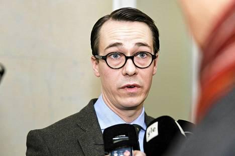 Carl Haglund puhui tiedotusvälineille valtioneuvoston ulko- ja turvallisuuspoliittisen ministerivaliokunnan ja presidentin yhteisen kokouksen jälkeen Valtioneuvoston linnassa sunnuntaina.
