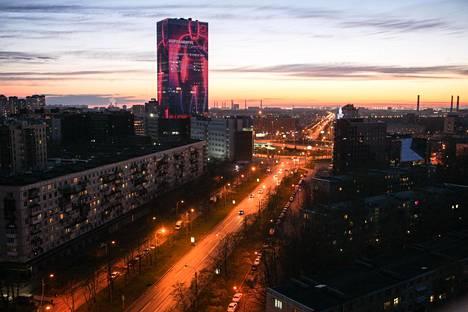 Lider-pilvenpiirtäjän valomainokset kertoivat koronavirussuosituksista keskiviikkoiltana Pietarin keskustan eteläpuolella.