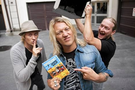 Duudsonit, eli Jukka (edessä) , Jarno (vas.) ja Jarppi Jekku-kirjansa julkistustilaisuudessa  elokuussa 2011.