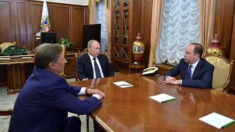 Venäjän presidentinhallintoa viisi vuotta johtanut Sergei Ivanov (vas.), presidentti Vladimir Putin ja presidentinhallinnon uusi johtaja Anton Vaino Kremlissä perjantaina.