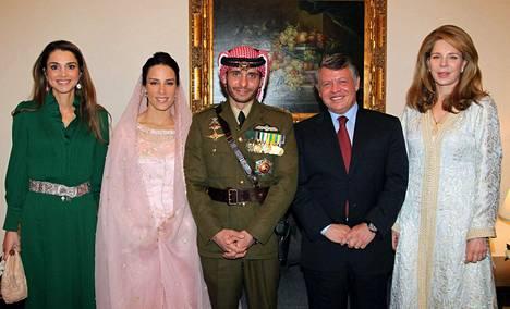 Kuningas Abdullah (toisena oikealla), kuningatar Noor (oikealla) sekä kuningatar Rania (vasemmalla) yhdessä prinssi Hamzahin (keskellä) ja tämän uuden vaimon prinsessa Basma Otoumin kanssa vuonna 2012.