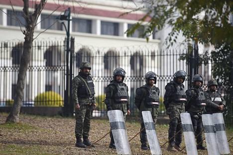 Pakistanin poliiseja vartioimassa korkeimman oikeuden rakennuksen ulkopuolella Asia Bibin tuomioistuinkäsittelyä Islamabadissa.