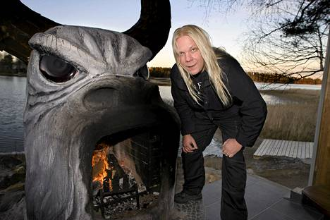 Nightwishin manageri Ewo Pohjola muurautti Sotkamojärven rantaan tulisijan, joka sai nimen Moolok.
