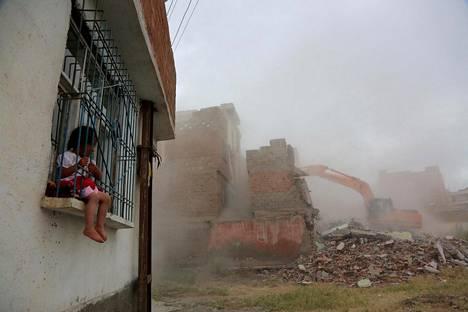 Kaivinkone purkaa taloa Turkin kurdialueella Diyarbakirissa tiistaina.