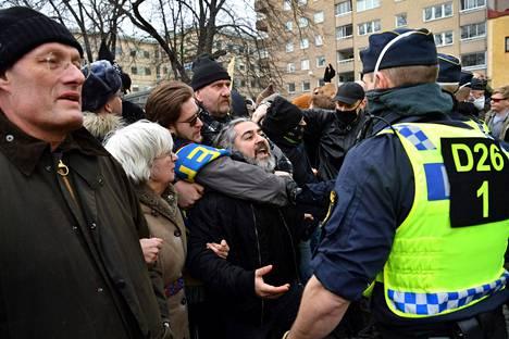 Mielenosoittajat eivät totelleet poliisin hajaantumiskäskyjä.