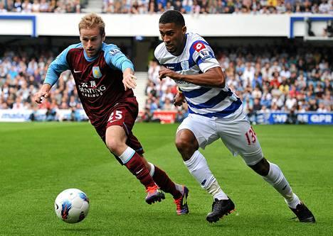 Queens Park Rangersin Armand Traore (oik.)ja Aston Villan Barry Bannan tavoittelivat palloa sunnuntain liigaottelussa.